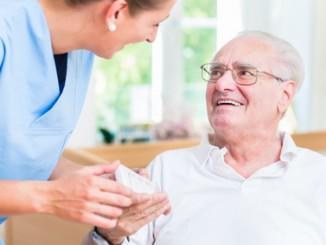 Jak zostać opiekunem osób starszych